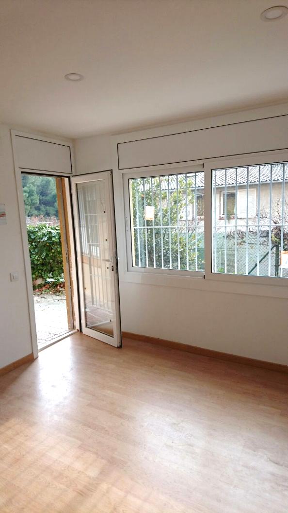 Una habitació amb finestra  Descripció generada automàticament amb confiança mitjana