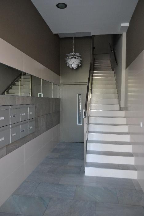 Instal·lació d'ascensor a Pamplona, eliminació de barreres arquitectòniques, accessibilitat, rehabilitació... | Portal de l'habitatge, Vestíbul, Portal d'accés