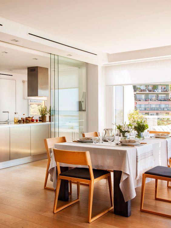 Espacios pequeños: Cocina vista del comedor comunicada con gran puerta corredera de cristall