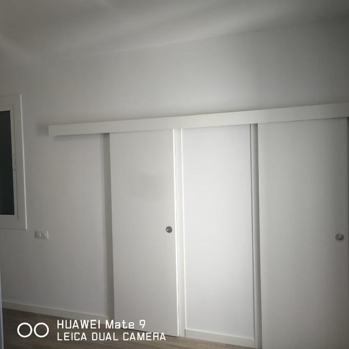 Imagen en blanco y negro de una puerta  Descripción generada automáticamente con confianza media