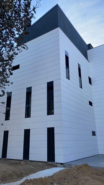 Imagen que contiene edificio, exterior, reloj, hombre  Descripción generada automáticamente